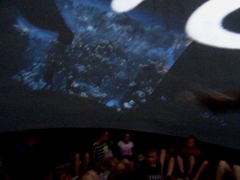 W oceanarium. Uczniowie podczas seansu.