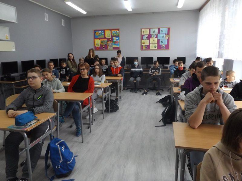 Sala szkolna.  Uczniowie w ławkach.