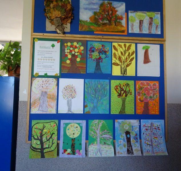 Tablica na ścianie. Na tablicy wszystkie prace konkursowe uczniów.